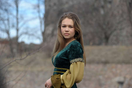 middeleeuwse jurk: jong meisje in een middeleeuwse kleding