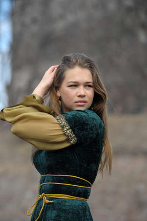 middeleeuwse jurk: jong meisje in een middeleeuwse jurk