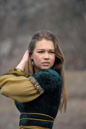 abito medievale: giovane ragazza in un abito medievale,