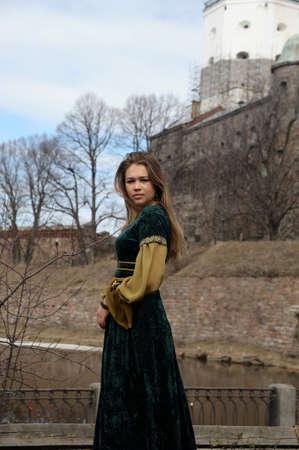 medieval dress: chica en traje medieval