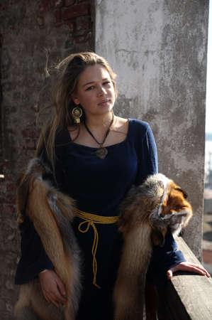 zafiro: mujer joven en traje medieval y piel de zorro