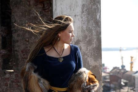 vestidos de epoca: mujer joven en traje medieval y piel de zorro