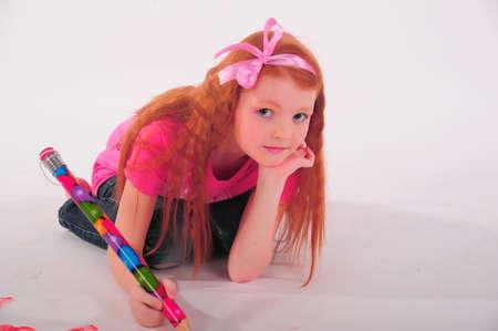 niños dibujando: Chica pintura en el suelo