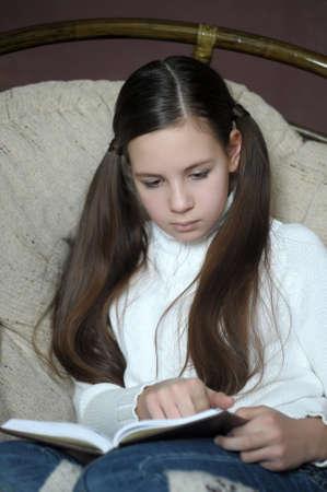 teenager thinking: adolescente lee un libro mientras estaba sentado en una silla