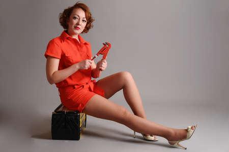 mujer con una caja de herramientas