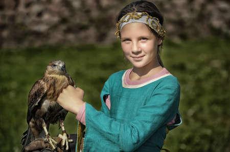 chica con un halcón Foto de archivo
