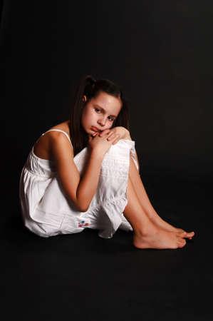 psicologia infantil: La chica de la adolescente de la depresión sobre un fondo negro