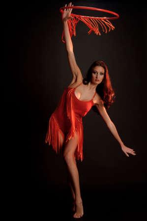 bailarinas arabes: gimnasta en rojo con un aro