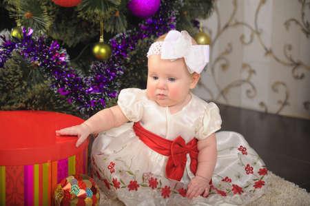 Little girl opening gift box Stock Photo - 17167076