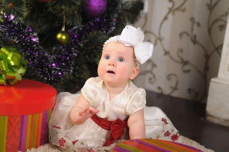 Little girl opening gift box Stock Photo - 17167073