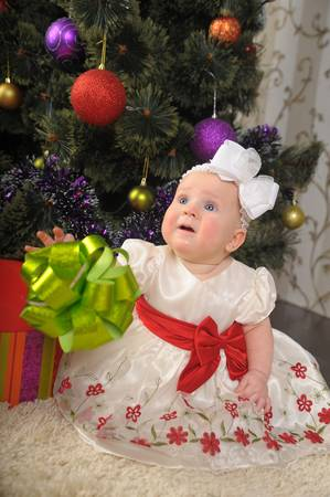 Little girl opening gift box Stock Photo - 17148049