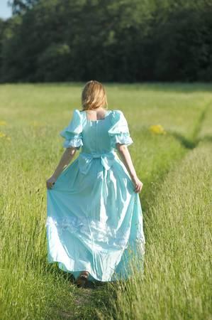 Молодая женщина в платье викторианской эпохи Фото со стока