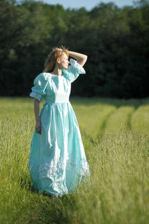 mladá žena v retro šaty v této oblasti Reklamní fotografie