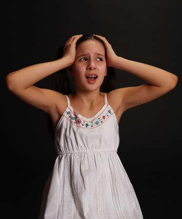 ashamed: Adolescentes mujeres que lloran Foto de archivo