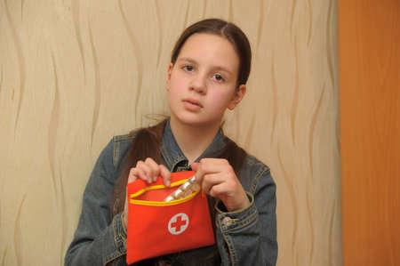 decide: joven adolescente mujer decide carnero castrado que tomar pastillas Foto de archivo