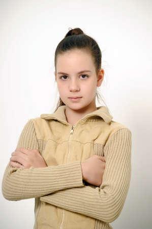 mani incrociate: Ragazza teenager con le braccia conserte