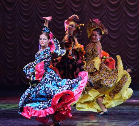 danseuse flamenco: Danse tzigane, spectacle de danse pour enfants équipe, Saint-Peterbuog, Russie Éditoriale