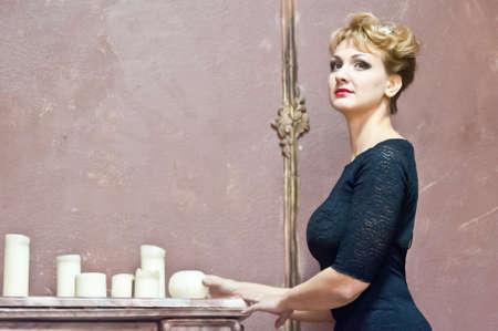 Blondine in einem eleganten schwarzen Kleid