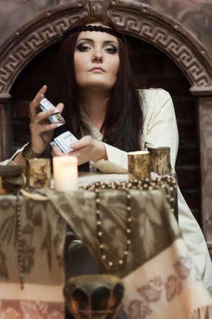 mujer con las tarjetas y velas