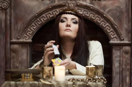 psychic: mujer con las tarjetas y velas