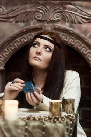 adivino: mujer con las cartas del tarot Foto de archivo
