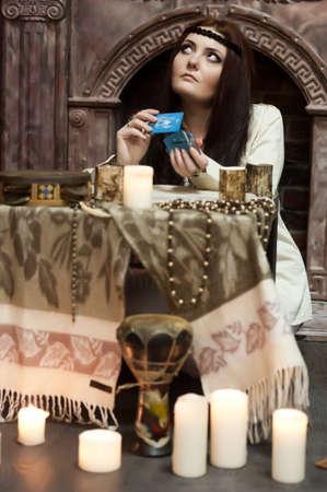 mujer con las cartas del tarot Foto de archivo