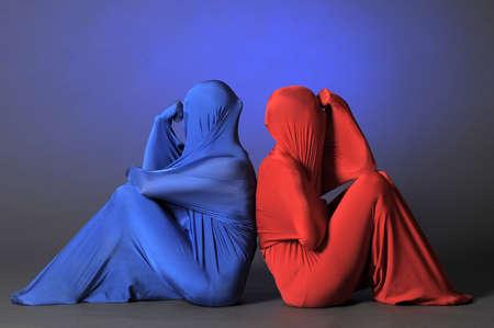 figuras abstractas: dos figuras abstractas que se sientan