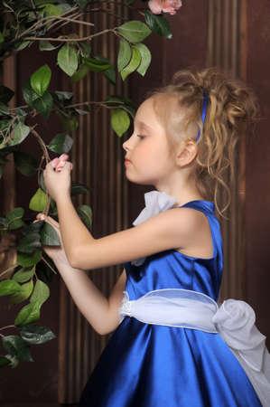affectionate action: La ni�a parece una princesa Peque�a Hermosa En Vestido Azul