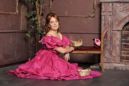 la dama de la �poca victoriana con un vestido rojo en un interior photo