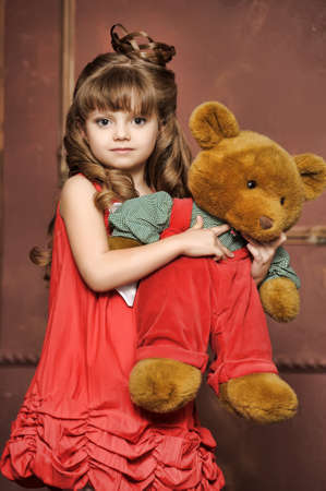 ni�a con un oso de peluche photo