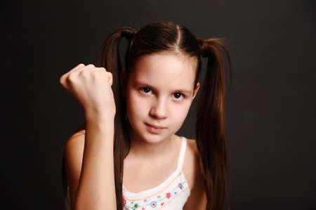 La jeune fille l'adolescent se met en colère Banque d'images