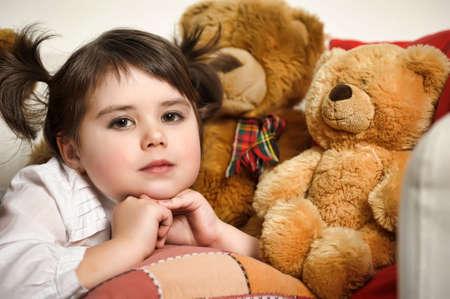 malade au lit: fille avec le jouet des oursons