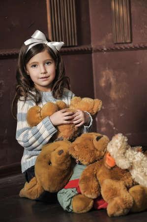 stay beautiful: ni�a con juguete cachorros de oso Foto de archivo