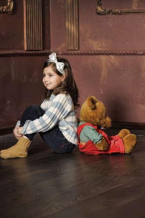 stay beautiful: Ni�a con oso de peluche Foto de archivo