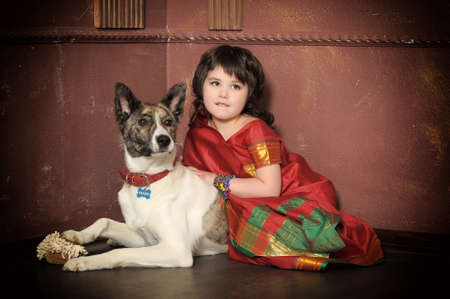 ni�a en el traje nacional de la India con un perro photo