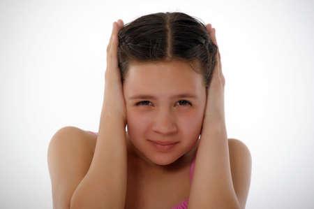 fille pleure: La jeune fille a ferm� les oreilles les mains