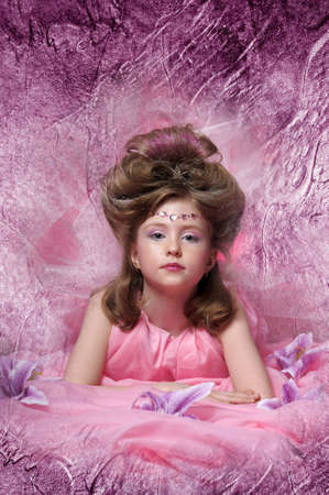 Belle petite fille en robe de princesse photo