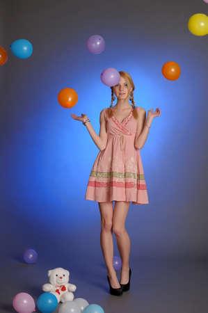 Mädchen mit einem Studio mit Luftballons