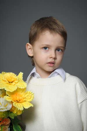 Little Boy avec des fleurs