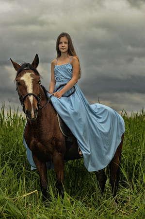 horseman: ragazza in abito lungo con un cavallo Archivio Fotografico