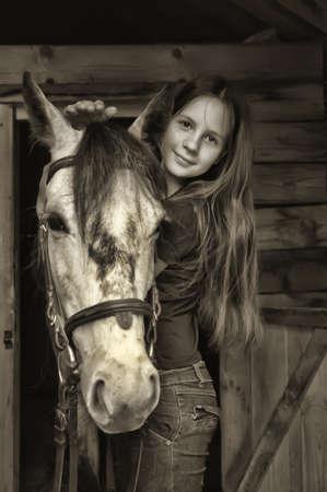 rancho: La muchacha adolescente abrazando a un caballo