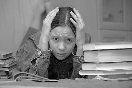 lectura y escritura: La chica de la adolescente se siente mal por la gran tarea Foto de archivo