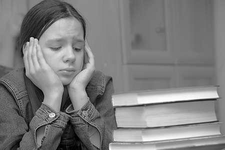 adolescente pensando: La chica de la adolescente se siente mal por la gran tarea Foto de archivo