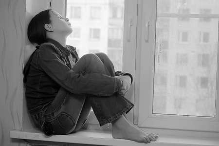 maltrato: La chica triste que el adolescente en su casa en un alf�izar de la ventana