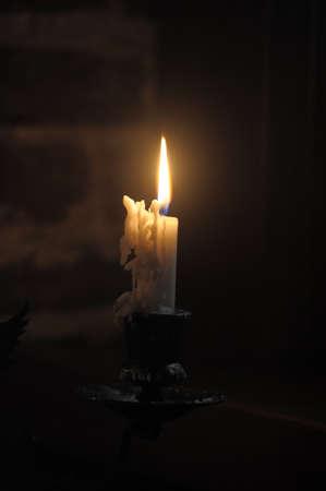 luto: Vela en la oscuridad Foto de archivo