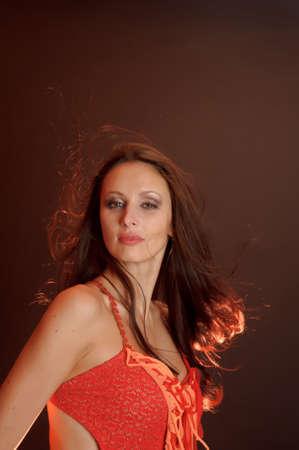 빨간 드레스에 아름 다운 검은 머리 여자 스톡 콘텐츠
