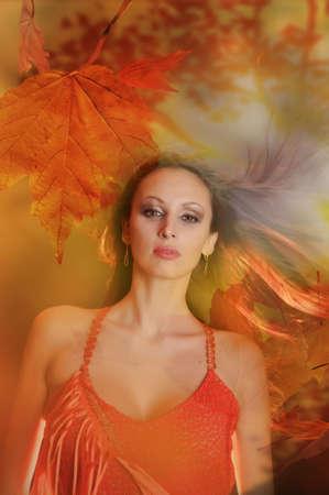 아름 다운 젊은 여자의 가을 초상화