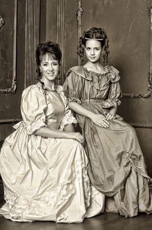 Dos señoras con vestidos medievales, fotos en sepia