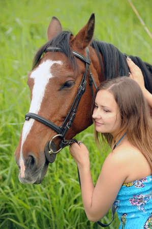 Nackte frau mit pferd