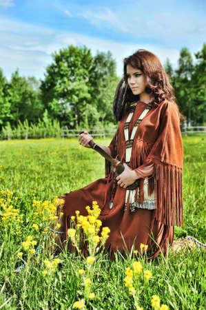 indio americano: La chica en un traje de los indios americanos